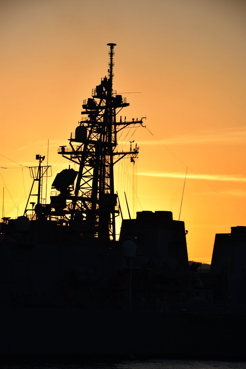 夕焼けに染まる呉と艦艇をまじかに見られるクルーズはここだけ #呉はいいぞ https://t.co/9bWag7WXM0