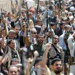 Milhares protestam armados contra bombardeio que matou 140 no Iêmen