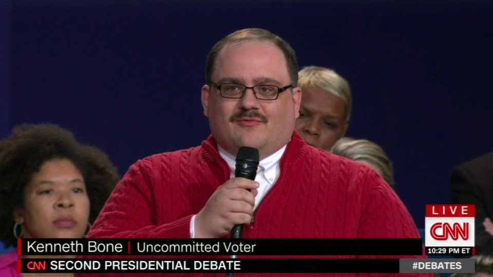 Bobby Moynihan, there's a red zipper sweater in your immediate future. https://t.co/IOWIZoT02T