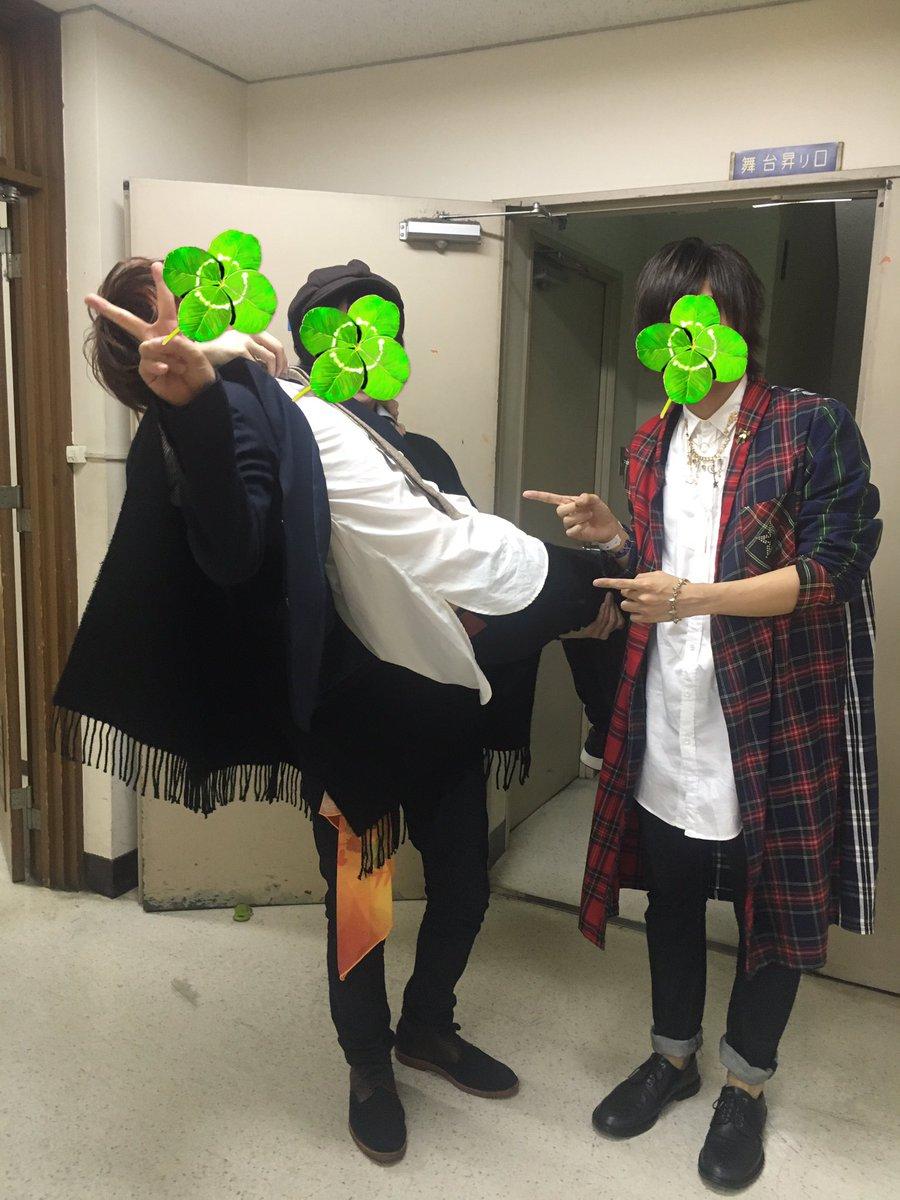 秋風ライブラリにて坂田を持ち上げるそらる氏と天月氏 そらるさんマッチョや https://t.co/5dWTWqfUo2