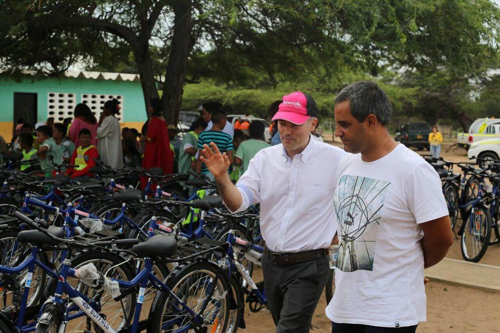 Piloto @jpmontoya junto al sector privado, entregaron 120 bicicletas a niños indígenas wayúu en Maicao. https://t.co/LogJJoo2TH
