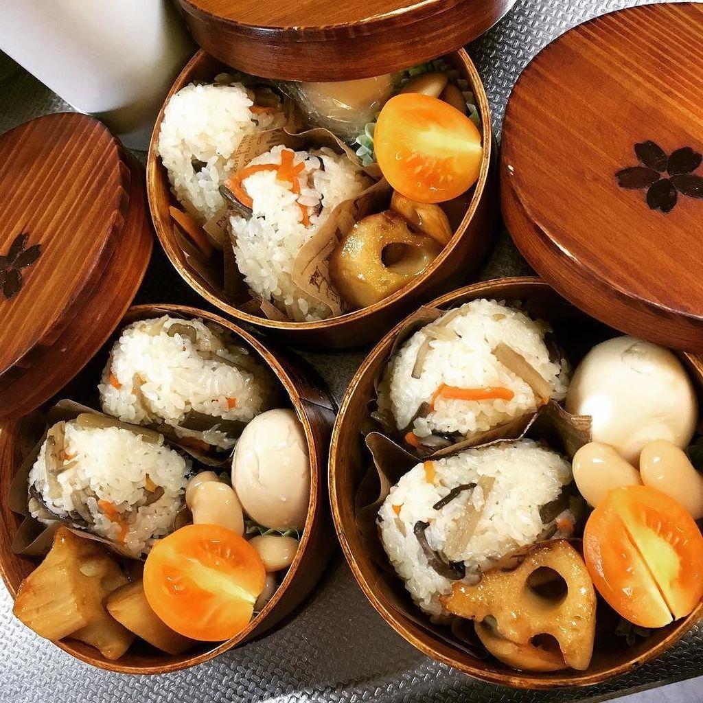 炊き込みご飯おにぎり弁当ー(*´∇`*)♪ ゆで卵が半熟過ぎて顔が作れませんでした…(笑) #OnigiriAction #bento #obento #lunch #lunchb… https://t.co/VlzQGSaoM0 https://t.co/g7nezfwvUk