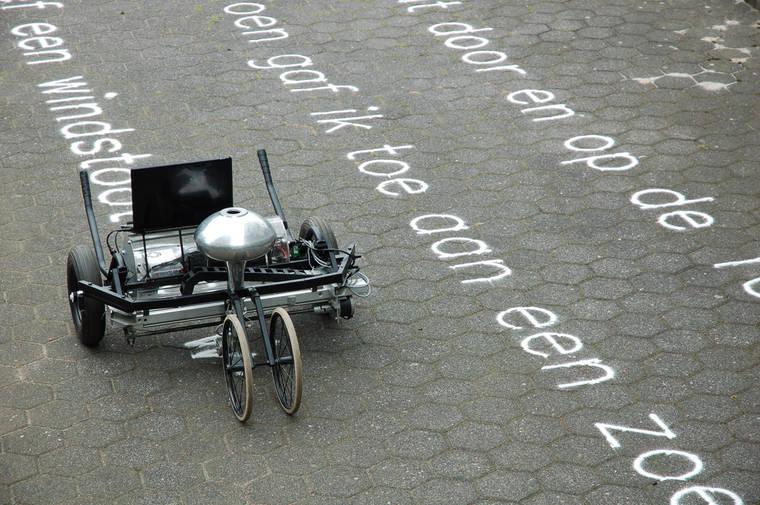 これはかなりまいった。砂でメッセージを書く機械! ありそうでなかった。誰か校庭のライン引きで作ってくれ。 https://t.co/y0Z2NR0lB1
