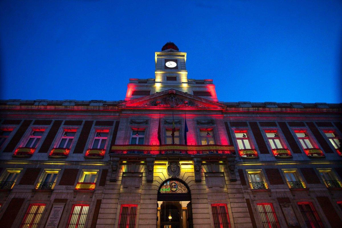 La bandera de espa a estrena la iluminaci n de la real for La real casa de correos