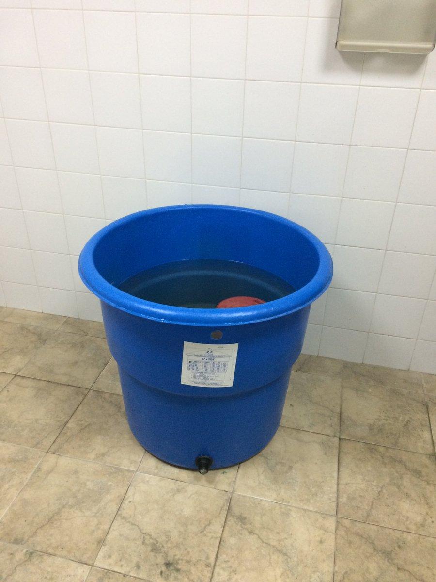 No banheiro masculino do estádio em Mérida, lava-se as mãos nessa caixa. Nas torneiras não há água. #trbrasil https://t.co/poXVPxmPjz
