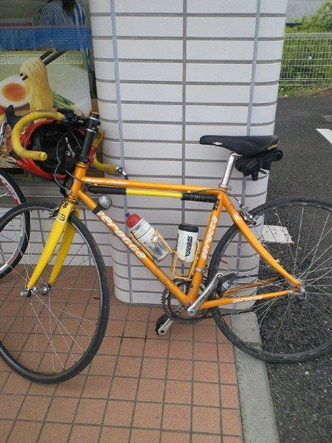 だいたい見た目で「乗ってる人速そうだなー」ってのは分かるけど、「見かけによらない」場合ももちろんあります。こちら、元日本王者の自転車。  「ポジション?速ければ皆黙りますよ」  とは持ち主の弁。真理。 https://t.co/KmH0SzneUP