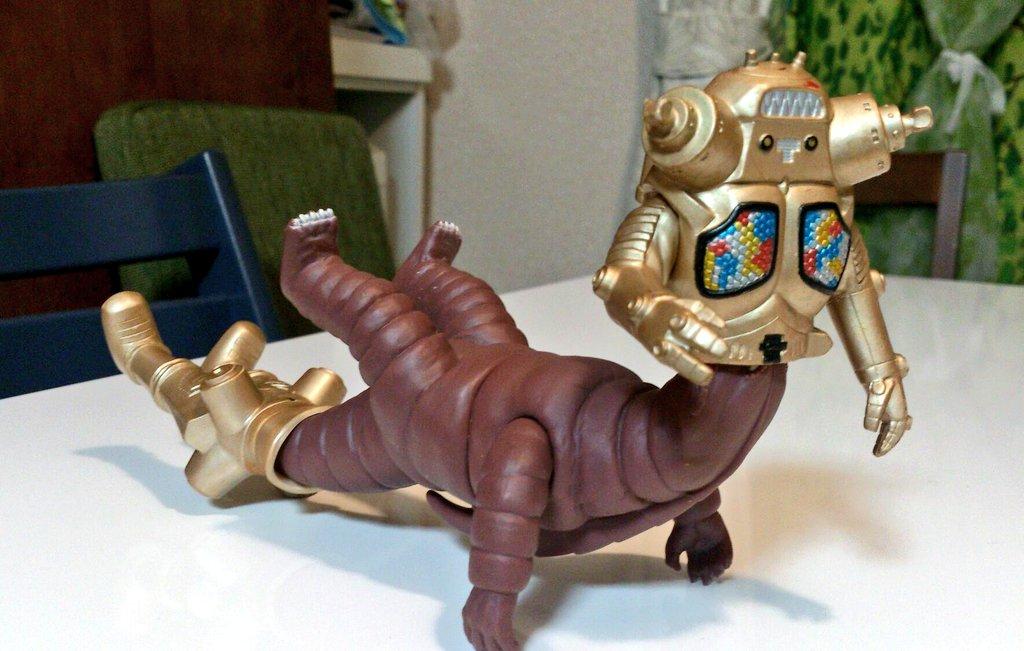 4歳の息子がキングジョーを分解しテレスドンと合体させ新怪獣を作ってしまったが、なんだかキモい。 https://t.co/rlwBiTyMjl