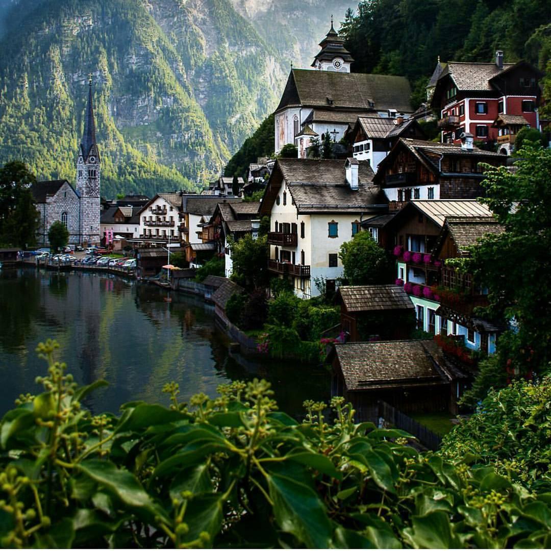 """منظر رائع لقرية """"هالستات أو هالشتات"""" في #النمسا  تقع مباشرة على بحيرة تحمل الاسم نفسه. أسعد الله صباحكم بكل خير..  الصورة: Alexander Waltner https://t.co/CN7S8zOot4"""