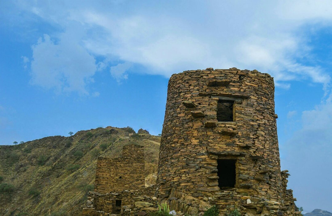 #صور_القراء قلعة أثرية في جبل صماد الواقع بمنطقة جازان؛ تحكي قصة من رحلوا ولكن آثارهم شاهدةً على مجدهم. عدسة: أحمد محمد غزواني من #السعودية https://t.co/TjuQlNOEzQ