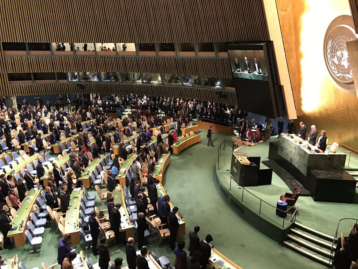 UN General Assembly stands for 1 minute of silence to honor memory of the #KingBhumibol of #Thailand. https://t.co/ORkvcoQYy6