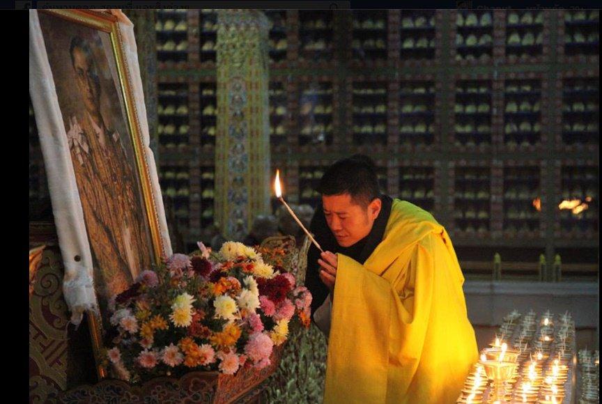 กษัตริย์จิกมี จุดเทียนแสดงความระลึกถึงพระเจ้าอยู่หัวภูมิพล https://t.co/czLTuRhXa2