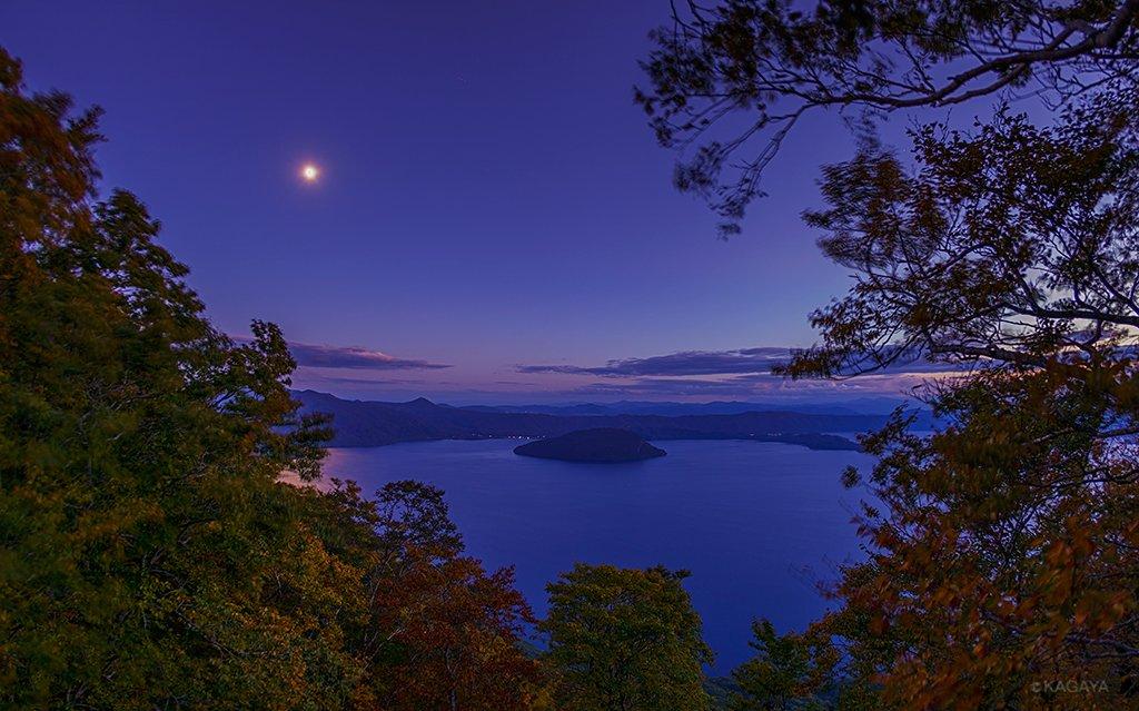 十三夜の月光に照らされる十和田湖。(さきほど撮影) 今夜は「中秋の名月」に次ぐ名月「十三夜」。両名月はセットで同じ場所で観るのが良いそうで、先月晴れ間を求めて東京から青森まで北上して中秋の名月を見てしまったわたしは再び青森にやってきました。そしてこんな光景に出会えました。