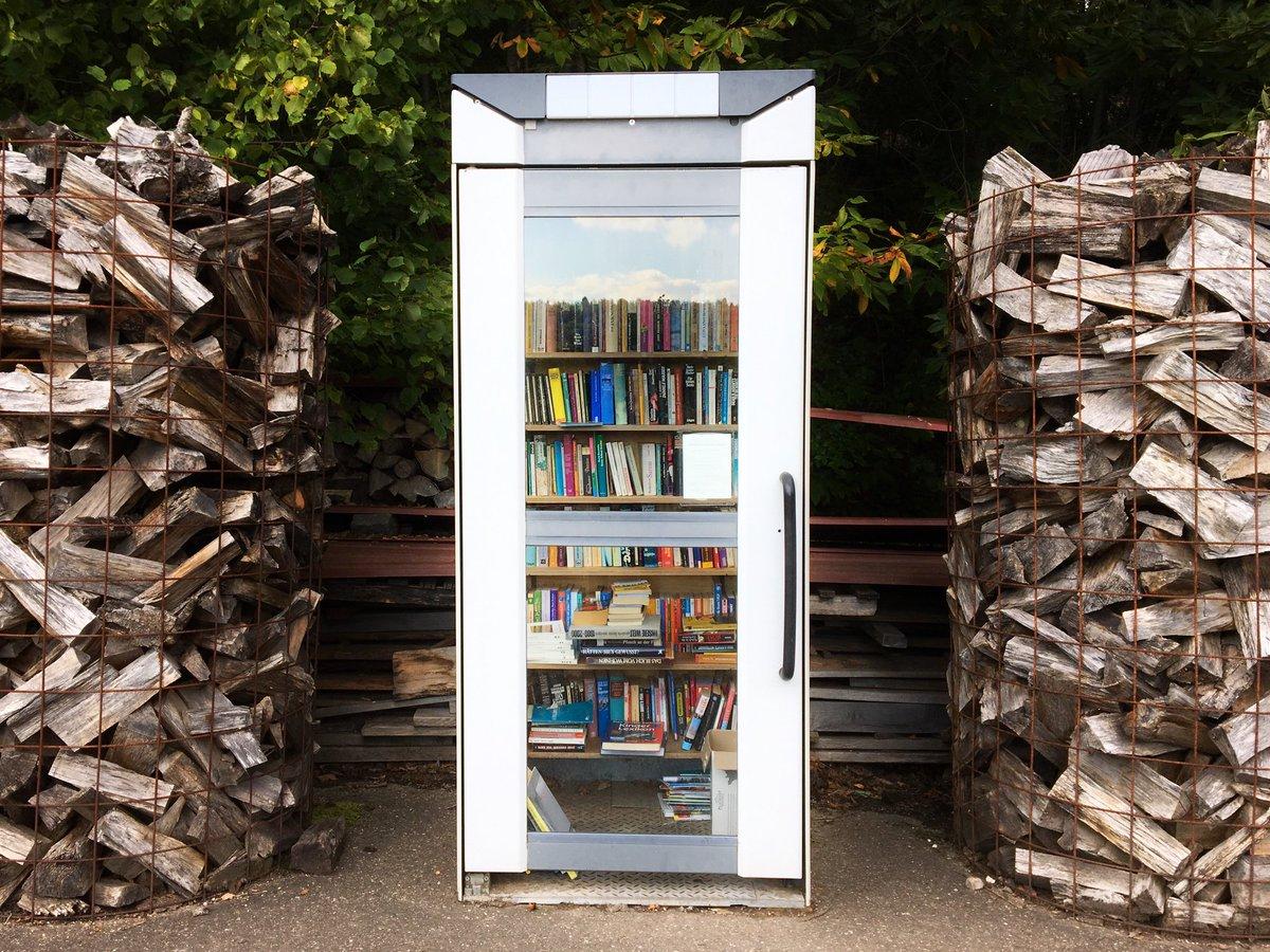 森の中に電話ボックス?と思ったら小さな図書館だった。 https://t.co/j7HcntUmSZ