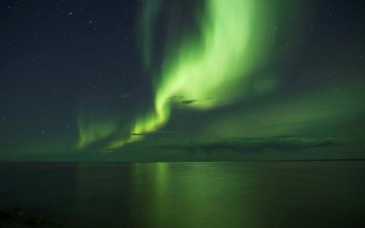 """الشفق القطبي أعلى """"بحيرة الدب العظيم"""" في #كندا تُعد ثالث أكبر بحيرة في أمريكا الشمالية والسابعة في العالم. الصورة: Pat Kane #عام_القراءة https://t.co/qMtTDeLqGN"""