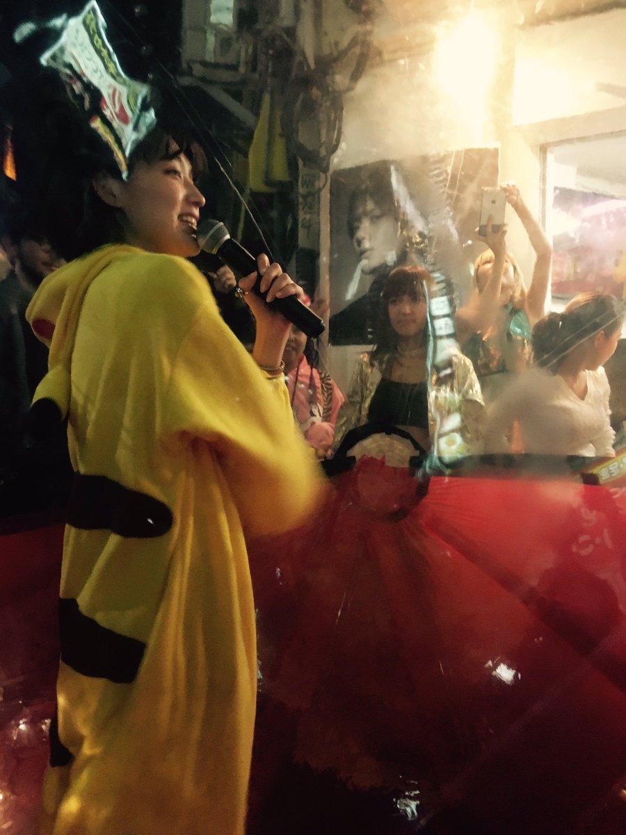 Chim↑Pom『また明日も観てくれるかな?』 レセプションパーティーに歌舞伎町にきたら、水曜日のカンパネラのゲリラライブはじまった。ピカチューになったコムアイがモンスターボールに入って歌舞伎町を練り歩くというw 自由すぎか! https://t.co/WVwzHmNYTR