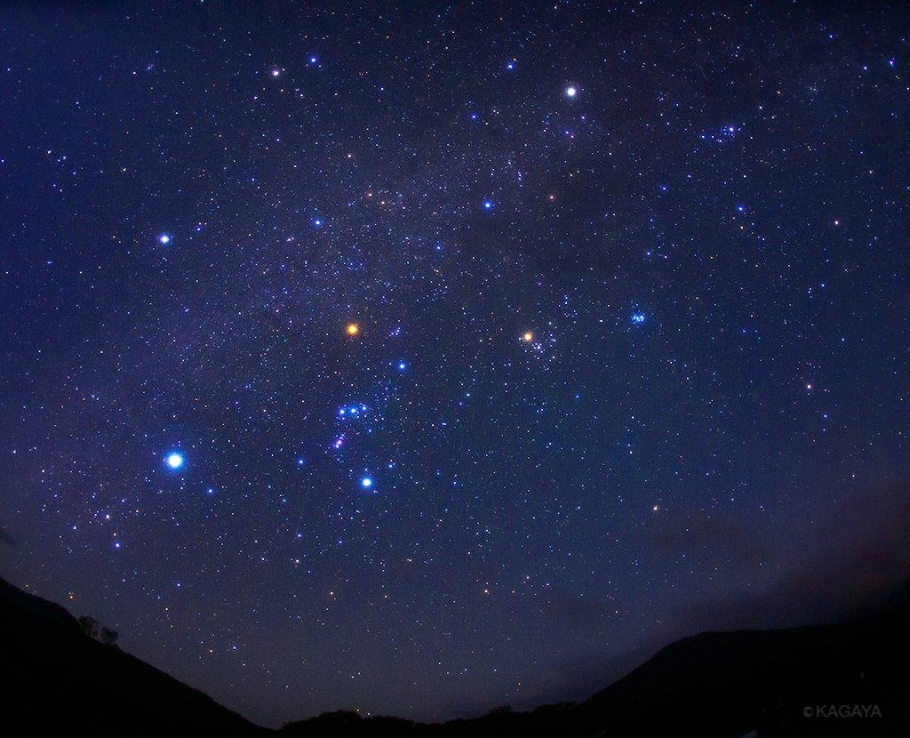 十三夜の月が沈むと、それまで月光に浮かんでいた木も山も雲も真っ黒なシルエットになりました。 影をひそめていた微光星たちがいっせいに輝き出し、満天の星に。 あおぎ見ると星々をぎっしりつめこんだ大きな「冬の大六角形」が、八甲田山の上に広がっていました。(今朝未明青森県にて撮影)