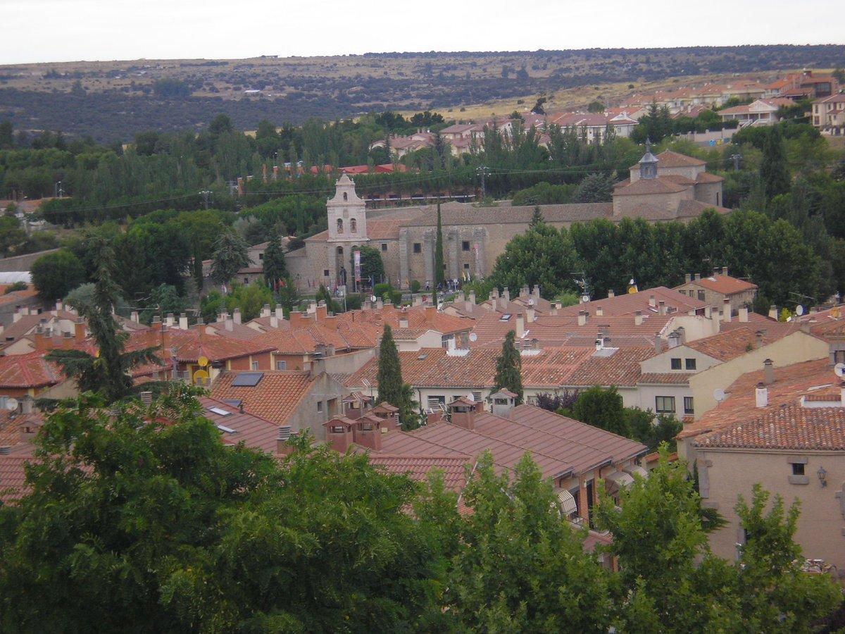 城壁の外側のアビラ(スペイン)の街。向こうに見えるのは聖テレサが最初に過ごした御托身修道院。2015.8撮影。テレサの祈