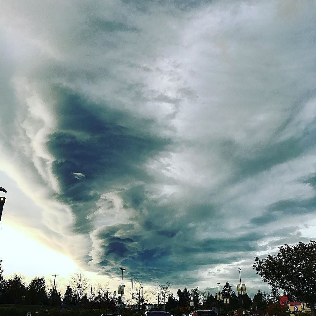 So this is the sky over Nanaimo right now. #bcstorm https://t.co/i134ZTxsG4