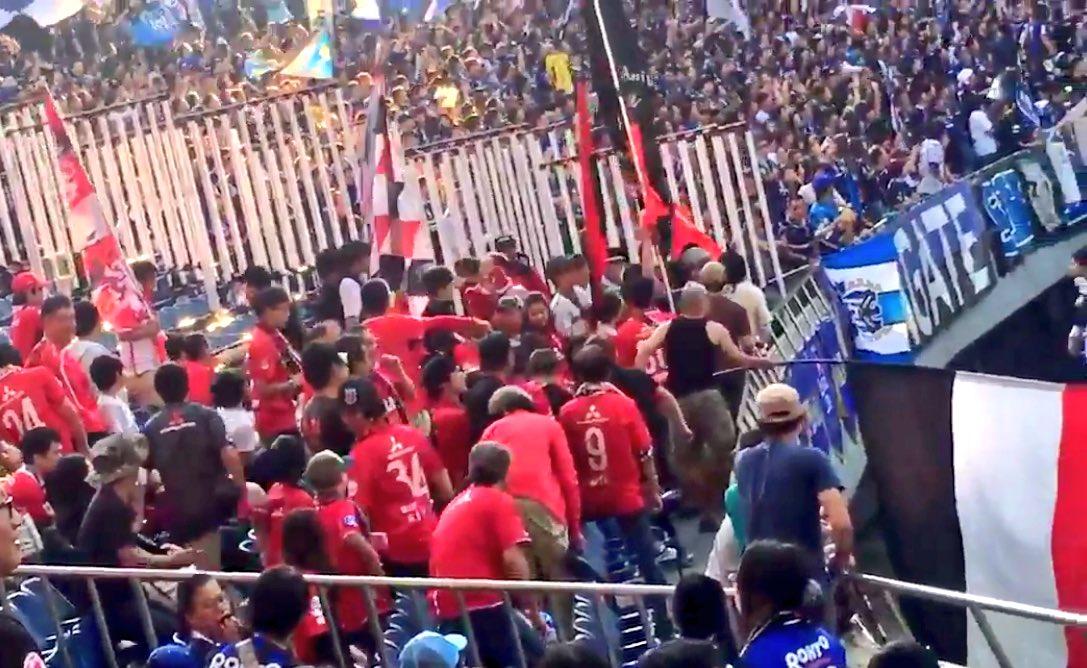 ここに写っている赤い服の人たちは 全員優勝の価値なんてない人たちです  フラッグからグループも割り出せることでしょう 迅速な入場禁止処分を https://t.co/L8Lf4b75Lz
