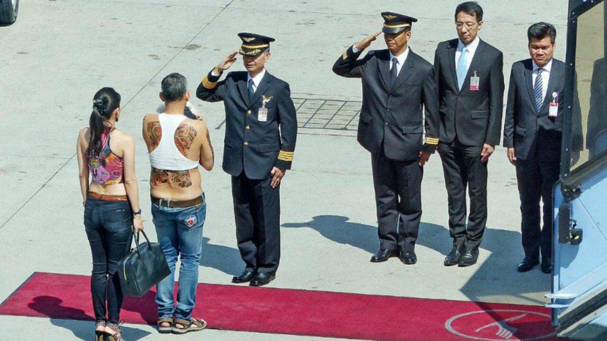 所以,这个在正式场合里穿凉鞋、牛仔裤(而且露着小半边屁股);上半身几乎半裸还外漏大面积纹身的痞子 …… 就是下一届泰国国王? #