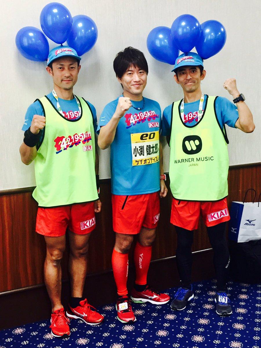 今日はこのウエアで走ります。一緒に走ってくれるマネージャーの藤井さんとトレーナーの小林さん。見つけやすいように青い風船つけてくれてます! 目指せ自己ベスト!#52マラソン2016