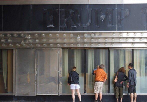 閉店・閉鎖された「トランプ・プラザ・カジノ&ホテル」外された「TRUMPU」の跡を見てばくおんのニコイチモータースを思い