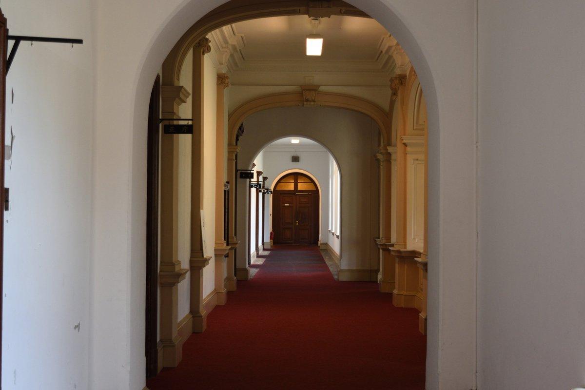 京都府庁 高校の内装こんなのが良かった。階段の手すりに手をかけて能力者然としたかった。外観の写真はクソザコなので無際限