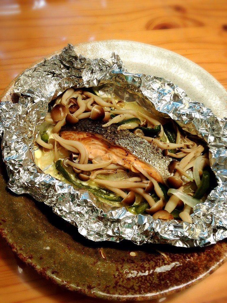 鮭のホイル焼きと、余ったしめじでみそ汁でっせFateの士郎が作ってたから、ある意味再現めし#お腹ペコリン部 #Twitt