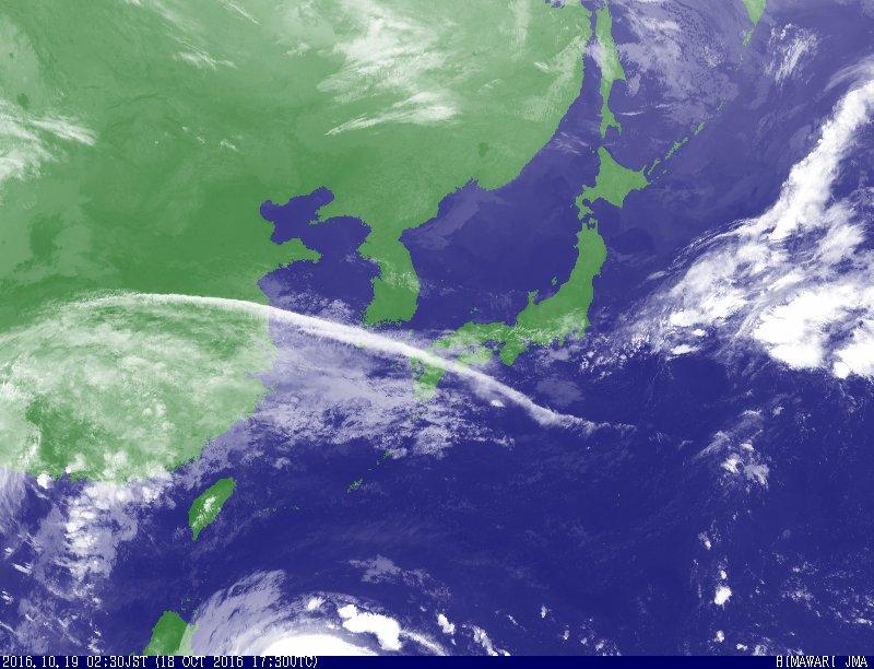 地震の予兆でしょうか 時間をずらして、写真を二枚白黒と カラーを載せて見ました。 見比べてみて下さい。 帯状雲です 白黒は0:30 カラーは2:30 二時間たってますがほぼ同じ所に掛かってます。地震雲の可能性があるので注意してくださいね