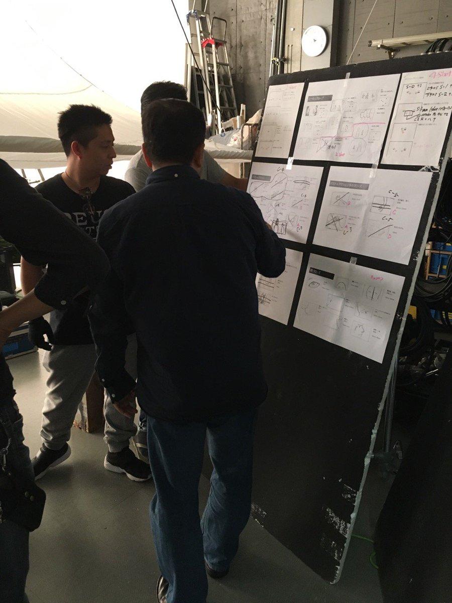 (続き)こちらはPV撮影現場の一コマ。ボードに貼り出された資料を元に瀬下監督が何やら打合せ。ステージング、フレーミング、