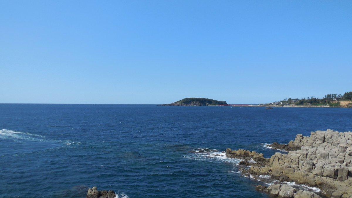 こちらは14年夏にグラスリップの聖地巡礼で福井に行った時の海。1枚目は景勝地東尋坊の景色。なかなか怖かったw2枚目は三国