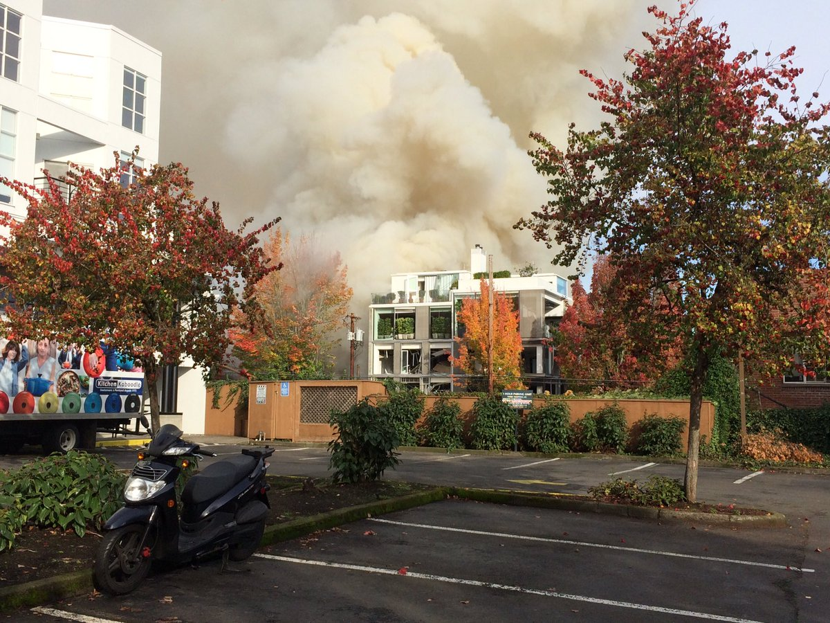 #BreakingNews:   Multiple injuries Gas explosion at NW Glisan and 23rd in Portland.  #stayconnected  #kxl. https://t.co/90BQubEy0U