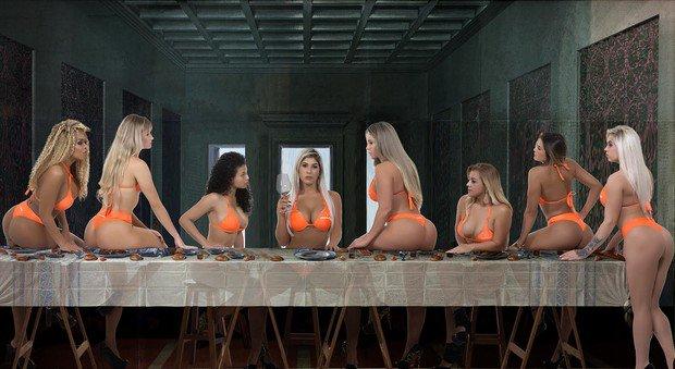 Indignación en Brasil por una Última Cena con mujeres en bikini enseñando sus traseros