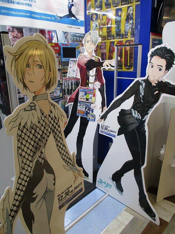 【#yurionice】『ユーリ!!! on ICE』「勇利とユーリ」が到着ばい~!あの対決の衣装を身に纏った2人・・・AVフロア入口にて、勇利とユーリ&ヴィクトルがお出迎え中ばい!!ご来店お待ちしております!!!