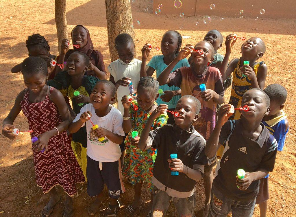 El juego más sencillo puede ser el más divertido #BurkinaFaso #educo #felicidad https://t.co/frrYaCgxoP