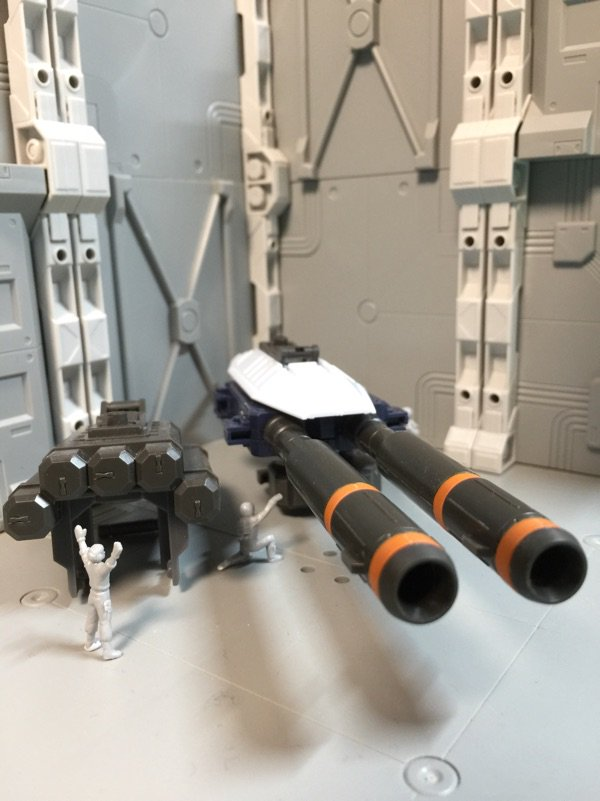 今朝のMGフルアーマー・ガンダム サンダーボルト版。2連装ビーム・ライフルとロケット・ランチャーを組みました。