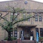 古い小学校を再利用していて、入ると懐かしさ満天だった♪扉が180cmの高さで作られてるから、頭ぶつけるwレーカンの学校モ