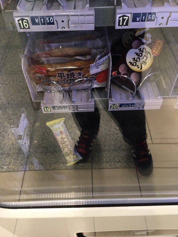 自販機でお菓子買ったんだけど引っかかって落ちてこなくてキレそう https://t.co/P855OoHy60