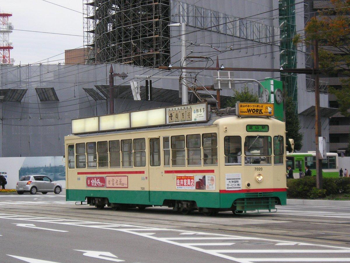 2016年10月22日地鉄市電7020号「クロムクロ電車解除‼」地鉄市電7021号「富山マラソン2016の広告は10月3