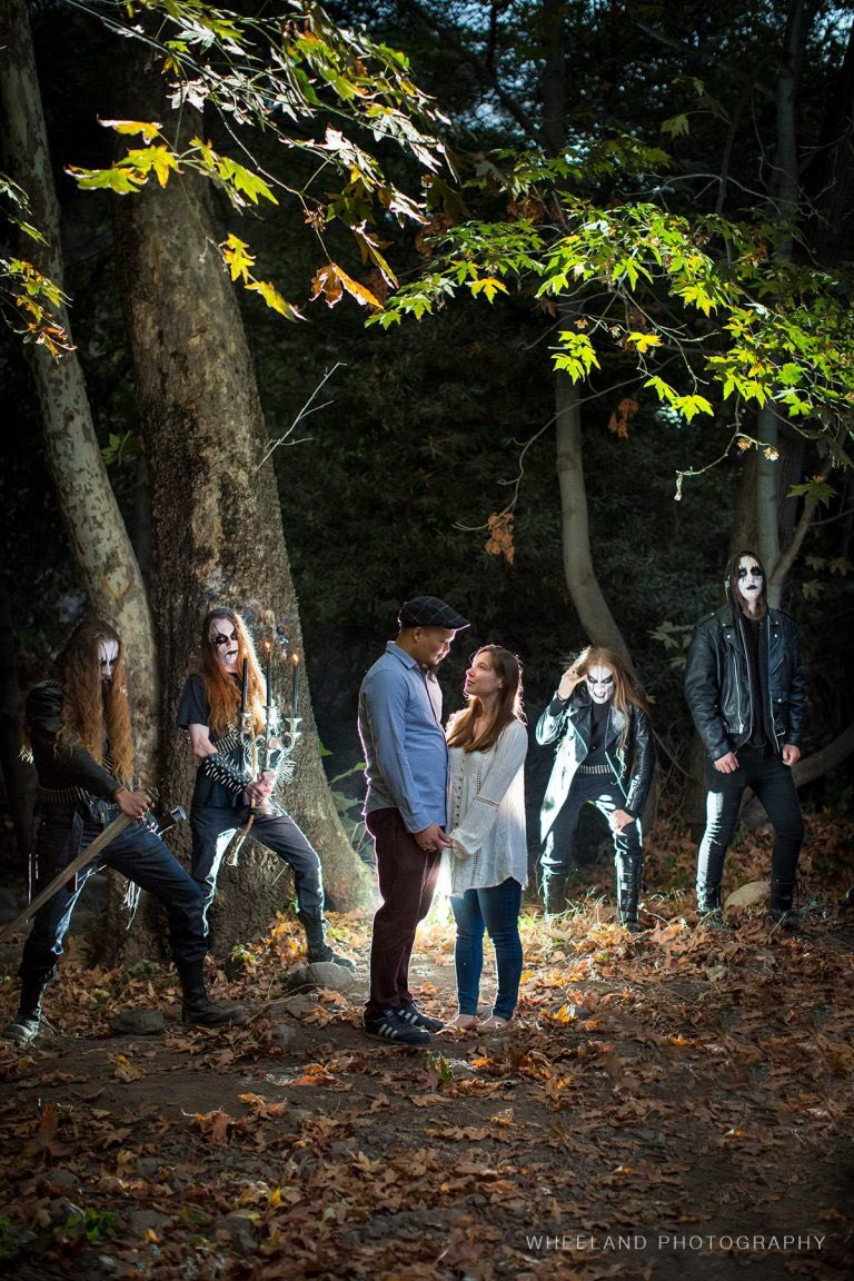 森でプロポーズしたら、ブラックメタルバンドもアー写撮影してて、そのままコラボし婚約写真にしたって話