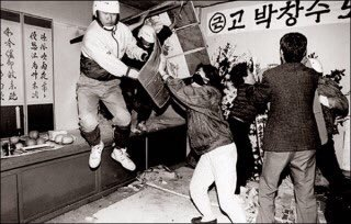 설마 경찰이 시신을 강제로 빼내서 강제로 부검하겠냐는 분들께 보여주고 싶은 사진. 대한민국 경찰은 안치실 벽을 해머로 깨고 들어와 시신을 강제로 빼내간 전력이 있음 https://t.co/5zCcrYDjh9