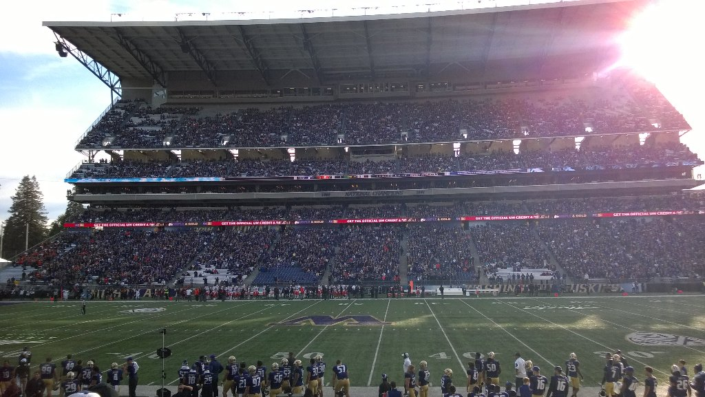 Bummer to see so many empty seats for the #5 UW Huskies today. Go Dawgs!! https://t.co/ylIGH6M4ka