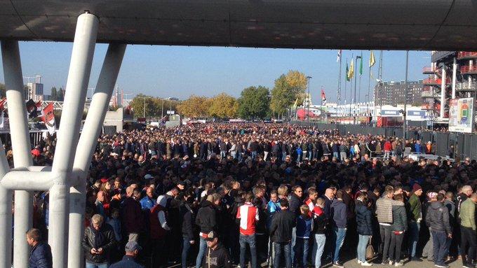 Gezellig druk bij de ingang van de Kuip waar  Feyenoord-Ajax zo gaat beginnen. https://t.co/e36bBPBMkB