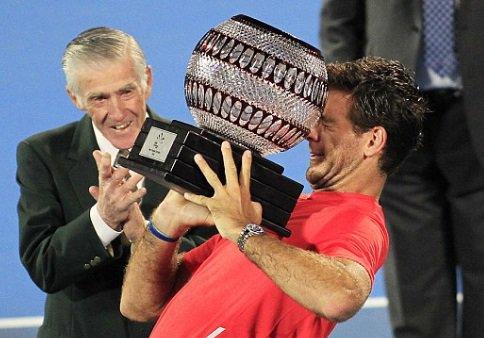 Oh my god the greatest rivalry in tennis has resumed.  Delpo vs trophies. https://t.co/jZQN8xonbo
