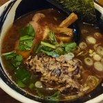 日吉初上陸でハマトラ。黒豆納豆そばと塩鶏そば。麺に竹炭が混ざってて黒い。