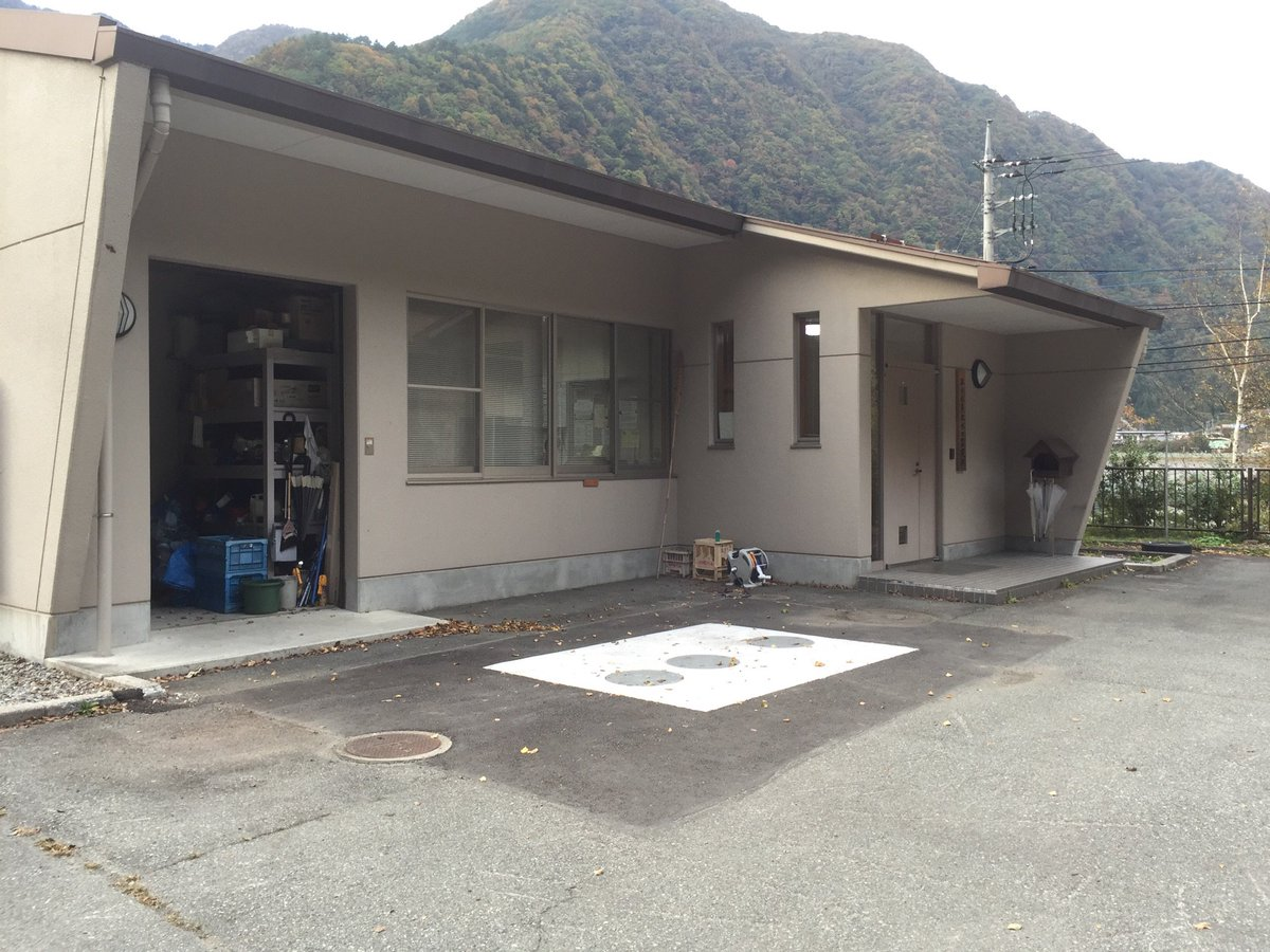 山梨県 西山ダムのカードは、隣接する早川水系取水口監視所で貰えますが、玄関ピンポンではなく、窓ガラガラーになりました。昨