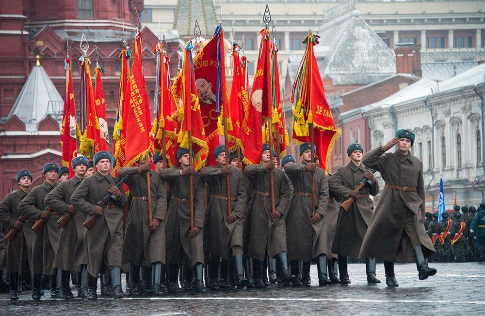 В москве на красной площади прошел марш в честь парада 7 ноября 1941 года