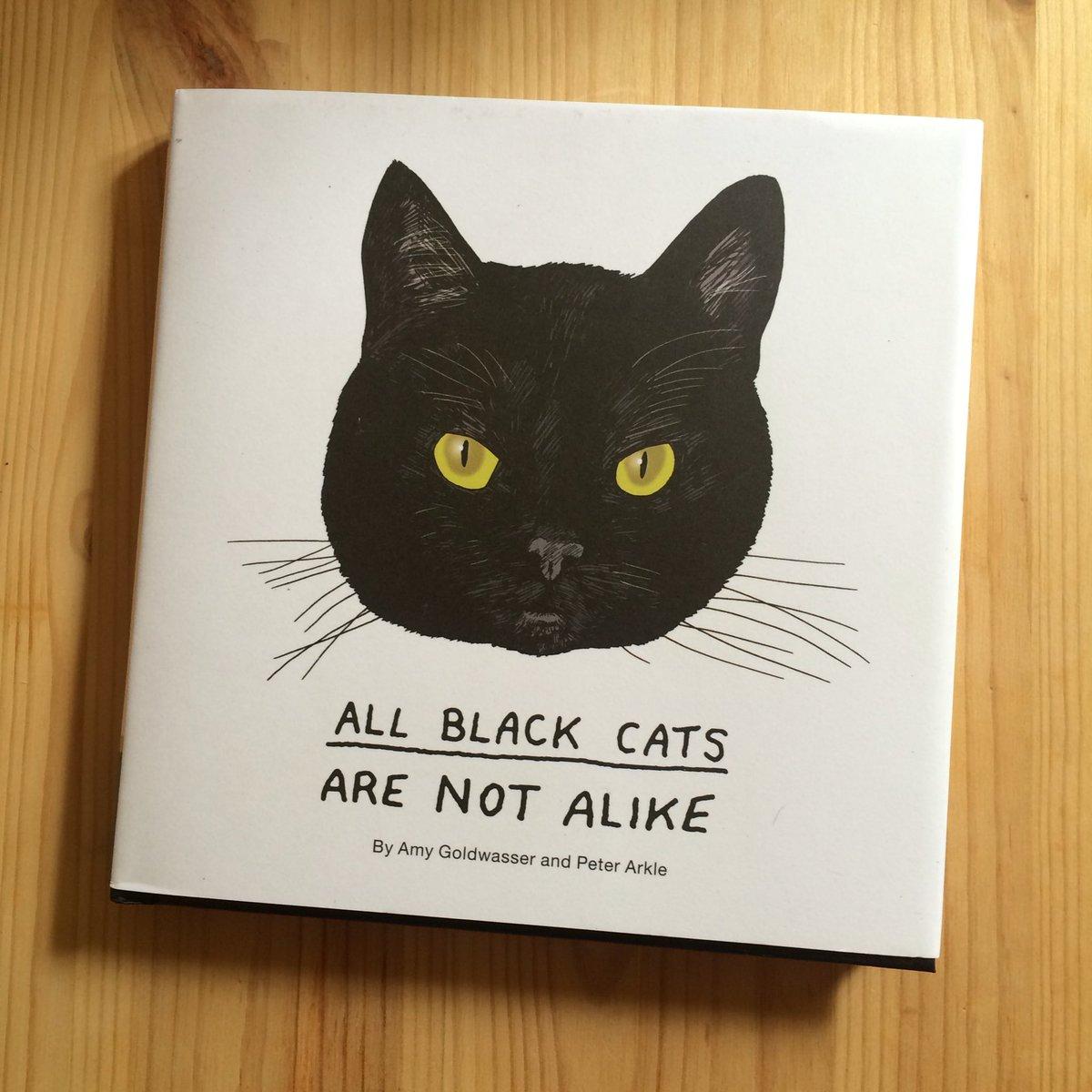 All Black Cats Are Not Alike というすてきなタイトルの本。カバー裏には登場猫がみんないるのね。 https://t.co/dIemGUtGlH