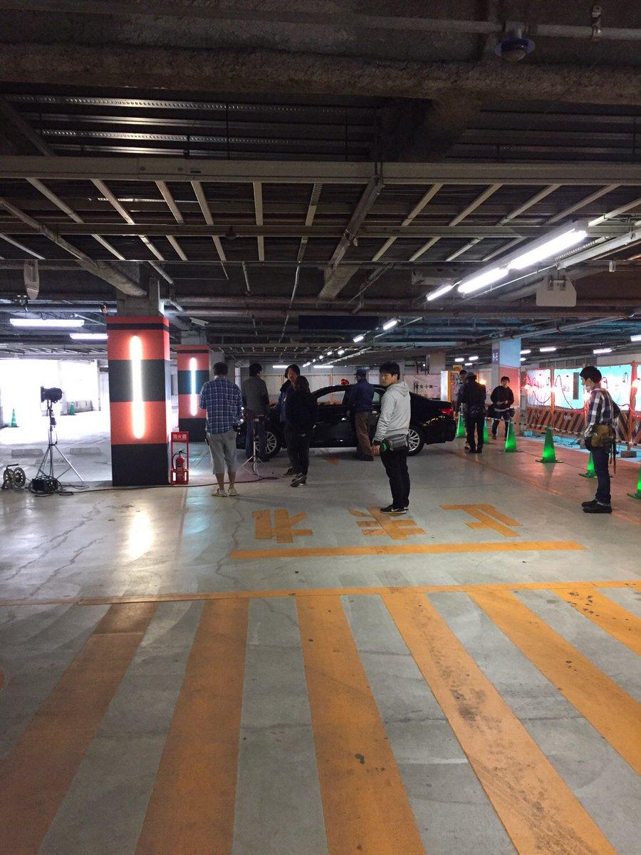 こちら、#ドラマ『#銭形警部』の撮影現場。スタッフのむこうに見えるのは・・・?『#ルパン三世』シリーズでは、カーアクショ