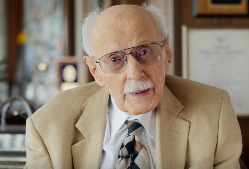 Aviation legend Bob Hoover has died, at age 94.... https://t.co/nwttIuF6ae https://t.co/iDO6DTEFz3